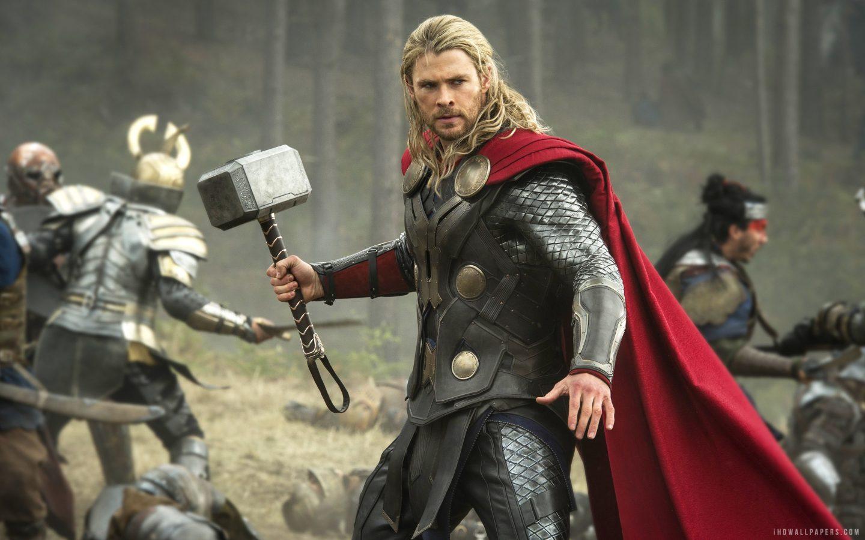 Thor-The-Dark-World-Thor-holding-hammer-in-mid-battle